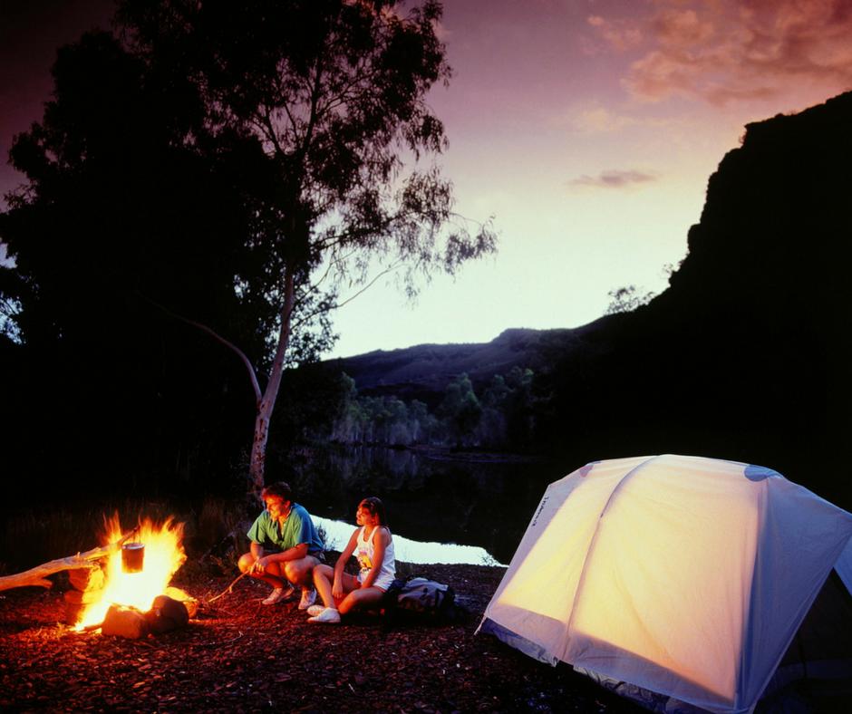 coppia che fa campeggio gardensharing
